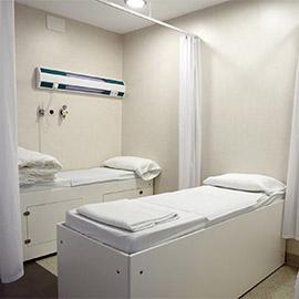 Sala de recuperación al medio. Clínica Dalmases