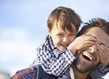 Padre e hijo tras la prueba de paternidad positiva